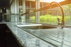 Torneira na casa moderna com luz do sol do jardim Foto de Stock Royalty Free