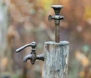 Torneira ou torneira velho na chuva imagem de stock