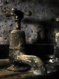 Torneira velha do banheiro Foto de Stock