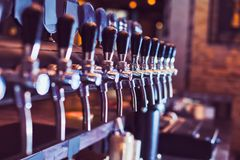 Torneiras da cerveja da barra da cerveja fotografia de stock royalty free