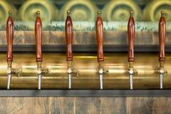 Torneiras da cerveja dentro de um bar Imagem de Stock Royalty Free