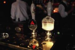 Torneiras da cerveja em Inglaterra Foto de Stock