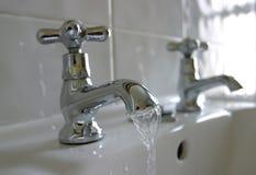 Torneiras do banheiro da água corrente Fotos de Stock