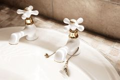 Torneiras do branco no banheiro moderno Imagens de Stock