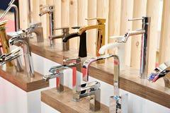 Torneiras do encanamento e da cozinha na exposição na loja imagens de stock royalty free