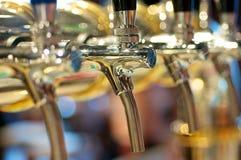 Torneiras douradas da cerveja Imagens de Stock Royalty Free