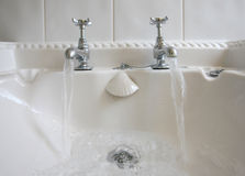 Torneiras e água corrente do banheiro foto de stock