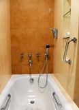 Torneiras e encaixes do banheiro imagens de stock royalty free