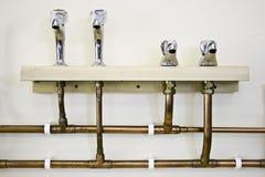 Torneiras e tubulações da água quente e fria Fotos de Stock Royalty Free