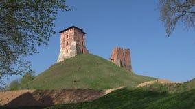 Tornen av den medeltida slotten av Novogrudok, Sunny April dag _ lager videofilmer