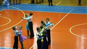 Torneo del baile del salón de baile de los niños, vals de la danza, plan amplio metrajes