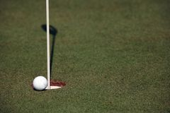 Torneo del golf - pelotas de golf y bandera Foto de archivo libre de regalías