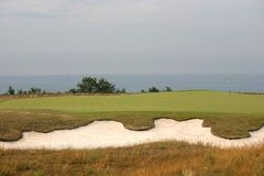Torneo del golf - pelotas de golf y bandera Imagen de archivo libre de regalías
