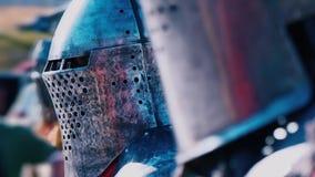 torneo di #2 Cavaliere prima della lotta Un uomo in armatura del ferro con una serie di cavalieri diritti pronti per un duello archivi video