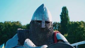 torneo di #2 Cavaliere prima della lotta Uomo in armatura del ferro stock footage