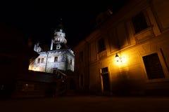 Tornet av den ÄŒeskà ½Krumlov slotten i natten - sikt från den 2nd borggården Arkivfoto