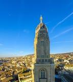 Tornet av den Grossmunster (stor domkyrka) kyrkan zurich Arkivfoton