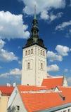 Tornet av den Niguliste kyrkan i Tallinn Arkivfoton