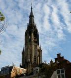 Tornet av den nya kyrkan i mitten av Delftfajans-Holland Arkivbild