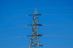 Tornet av hög-spänning fodrar med blå himmel Fotografering för Bildbyråer