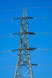 Tornet av hög-spänning fodrar med blå himmel Royaltyfri Foto