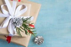 Tornet av julaskar av gåvor dekorerade festively på en blått Royaltyfri Fotografi