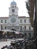 Tornet av klockan som lutar ut på plazaen av Herrarna till Padua italy Royaltyfri Bild