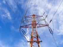 Tornet av kraftledningar stänger sig upp på en bakgrund av den blåa himlen Fotografering för Bildbyråer