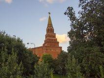 Tornet av MoskvaKreml En populär turist- destination Ryssland Arkivfoto