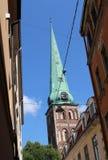 Tornet av St James Roman Catholic Cathedral på en solig dag i Riga, Lettland royaltyfri fotografi