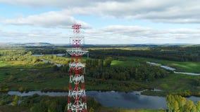 Tornet bär elektriska ledare mot grönt landskap stock video