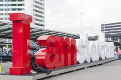 Tornet för Schiphol flygplatskontroll med är jag det Amsterdam tecknet Royaltyfri Fotografi