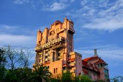 Tornet för skymningzon av skräcken och palmträd på lightblue bakgrund för molnig himmel i Hollywood studior på Walt Disney World arkivbilder
