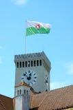 Tornet med den Ljubljana stadsflaggan i den Ljubljana fästningen Arkivfoton