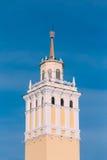 Tornet med en tornspira som överträffas med en stjärna i en lagerkrans in Fotografering för Bildbyråer