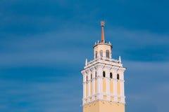 Tornet med en tornspira som överträffas med en stjärna i en lagerkrans in Arkivbild