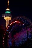 Tornet och rollercoasteren, Duryu parkerar belysningar Daegu Sydkorea för den stjärnklara natten för tornet Arkivbilder