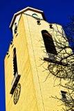Tornet och tornspiran av en forntida gotisk domkyrka Royaltyfri Foto