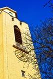 Tornet och tornspiran av en gotisk domkyrka Arkivfoton