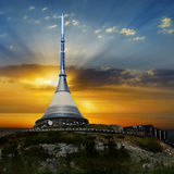 Tornet skojade, unik byggnad på solnedgången Arkivbild