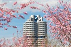 Tornet som bygger blomning för BMW huvudkontoret inramad rosa färgvår, förgrena sig Arkivfoton