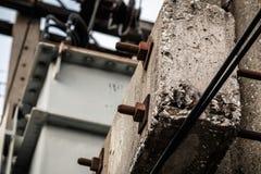 Tornillo de la nuez con hormigón del cemento Foto de archivo libre de regalías