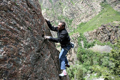 Tornillo de recortes del escalador de roca Fotos de archivo libres de regalías
