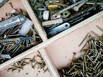 Tornillo en un almacenamiento de madera Foto de archivo