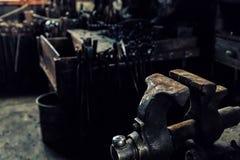Tornillo en un taller viejo del ` s del herrero Fotografía de archivo