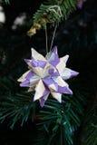 Tornillo Kusudama origamigarnering i julgran Royaltyfri Foto