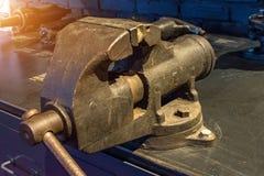 Tornillo viejo del metal en la herramienta de la tabla Fotos de archivo