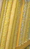 Tornillos de la tela amarilla del edredón foto de archivo