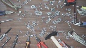 Tornillos de las tuercas, herramientas en la tabla, primer de la mano almacen de video