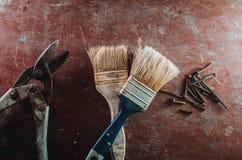 Tornillos del cepillo de Pruner en la tabla Imagen de archivo
